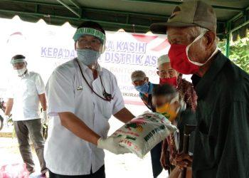 Pihak PTPN III Distrik Asahan saat menyerahkan bantuan sosial kepada Kabiro Asahan Media Fikiran Sumut Suhardi untuk masyarakat. (mass)