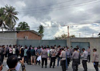 Masyarakat dan Massa DPC Tipikor Indonesia Siantar - Simalungun Aksi Unjuk Rasa di pabrik plastik yang diduga Ilegal. Kemarin. Sabtu (10/10/2020) sekira pukul 16.00 Wib.