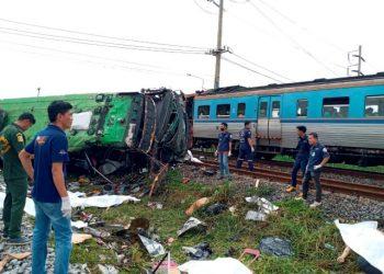 Tabrakan maut di Thailand, bus terbalik, kereta api tetap di rel (Foto: Reuters/Kumparan.com)