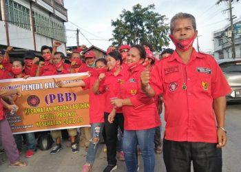 PBB Kecamatan Medan Labuhan berpose bersama membagikan masker kepada masyarakat (Foto: Jakfar-LNT).