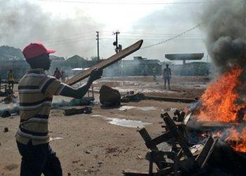 Para pendukung pemimpin saingan utama, Cellou Dalein Diallo dari Partai UFDG mendirikan brikade untuk memprotes hasil awal Pemilihan Presiden yang diumumkan oleh Komisi Pemilihan di Distrik Ratoma di Conakry, Guinea (21/10/2020) – (Sumber Foto: Reuters, Souleiman Camara)