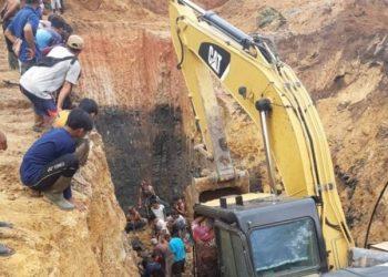 Proses evakuasi di lokasi longsor yang menyebabkan 11 orang meninggal dunia di Desa Tanjung Lalang Kecamatan Tanjung Agung, Kabupaten Muara Enim, Rabu (21/10/2020). (ANTARA/HO-Polsek Tanjung Agung/20)