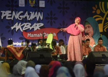 Ustazah Mama Dedeh saat memberikan tausyiah dalam pengajian di GOR Jayabaya Kota Kediri, Jawa Timur. (Sumber foto: ANTARANEWS.com-Foto istimewa).