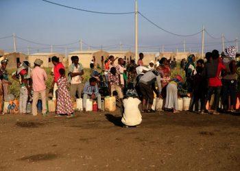 Pengungsi Ethiopia yang melarikan diri dari pertempuran di Tigray, sedang antri mendapatkan air di Kamp Fashaga, perbatasan Sudan – Ethiopia, di negara bagian Kassala (24/11/2020) – (Sumber foto: Mohamed Nureldin Abdallah-Reuters)